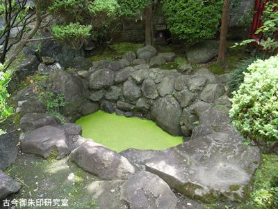 御釜神社藤鞭社の池