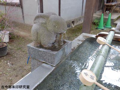 魚住住吉神社、手水舎の兎