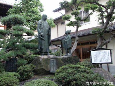 西光寺刈萱上人石童丸の像