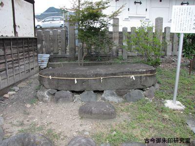 武井神社、雷電の力石