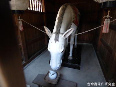高砂神社、神馬舎の白馬像