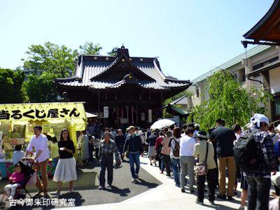 清正公堂と参拝者の列