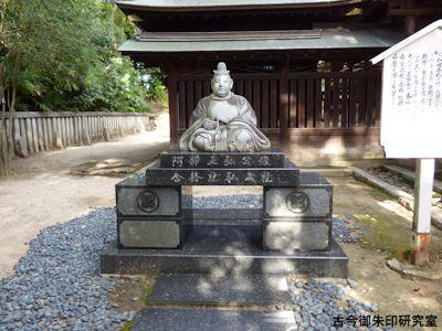 備後護国神社、阿部正弘公石像潜り