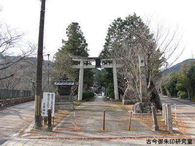 三尾神社、鳥居と参道