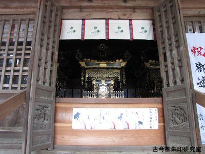 高瀧神社拝殿内の神輿