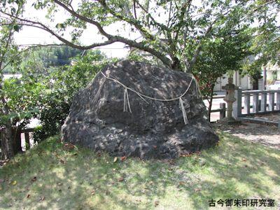 高瀧神社子持石