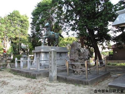 川曲神社、神馬と大菊花石