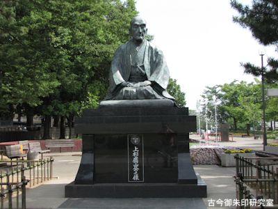 上杉鷹山公の像