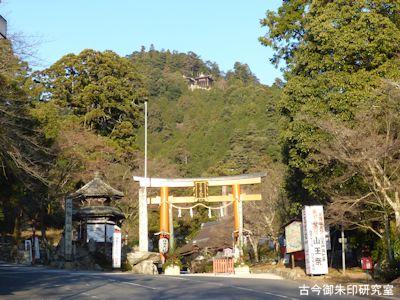 日吉大社、鳥居と八王子山