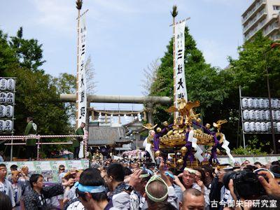 鳥居前の神輿