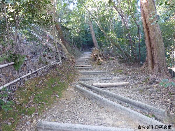 自玉手祭来酒解神社山頂への登山道