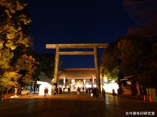 靖国神社神門と鳥居